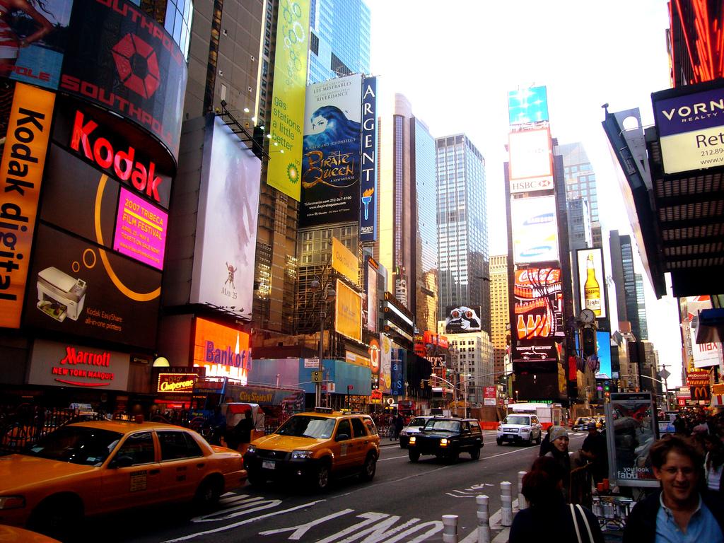 """New york phew york este un ghid de genul """"atinge si miroase"""